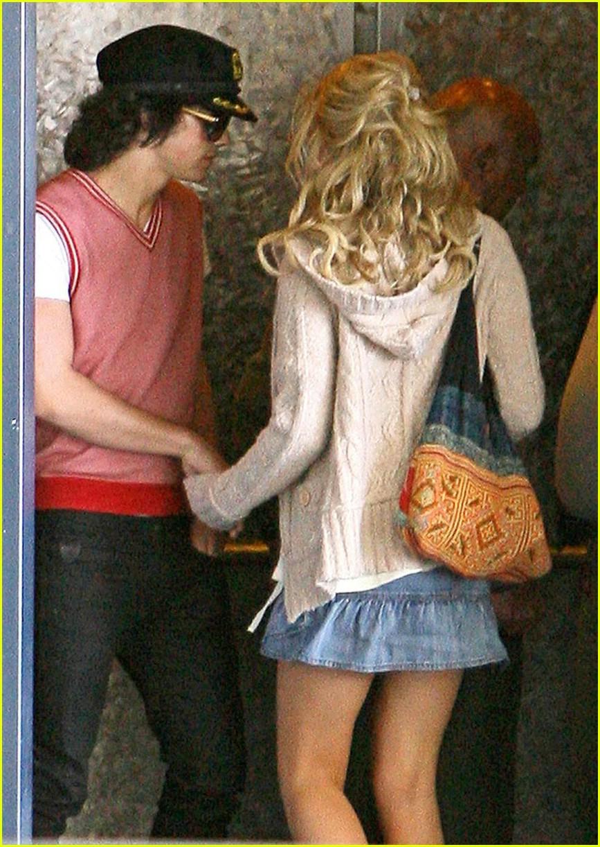 christian 17 year old dating a christian 20 year old: chelsea kane i joe jonas dating