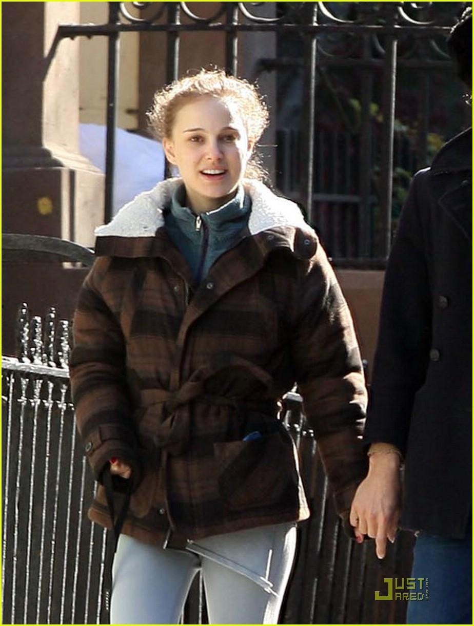 Full Sized Photo of devendra banhart natalie portman holding hands 02 ... Natalie Portman