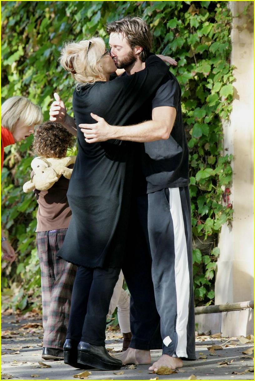 hugh jackman gives goodbye kisses photo 1093111 ava