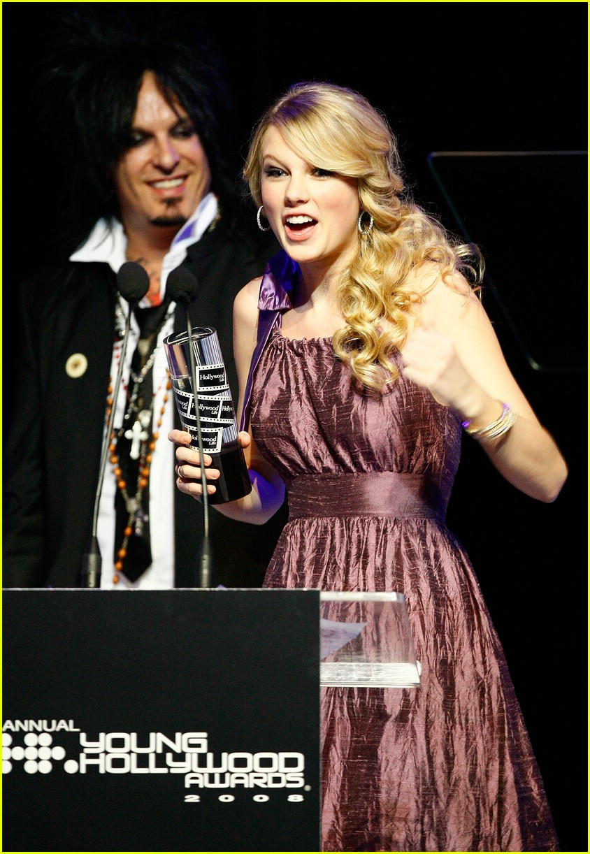 taylor swift young hollywood awards 101094561