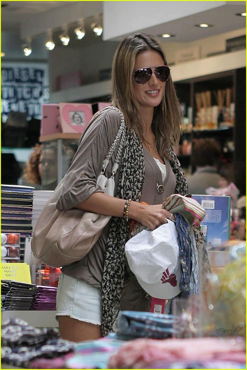 alessandra ambrosio smiley face 011106511
