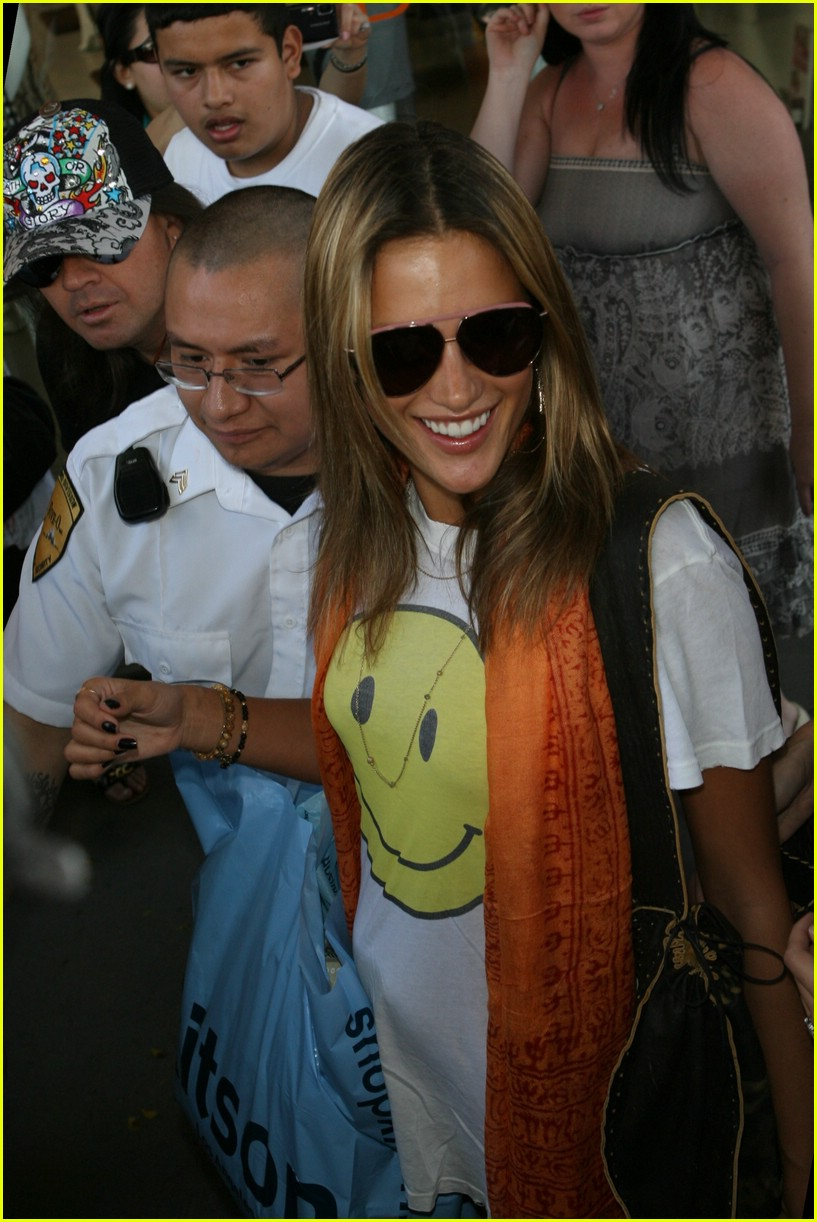 alessandra ambrosio smiley face 111106711