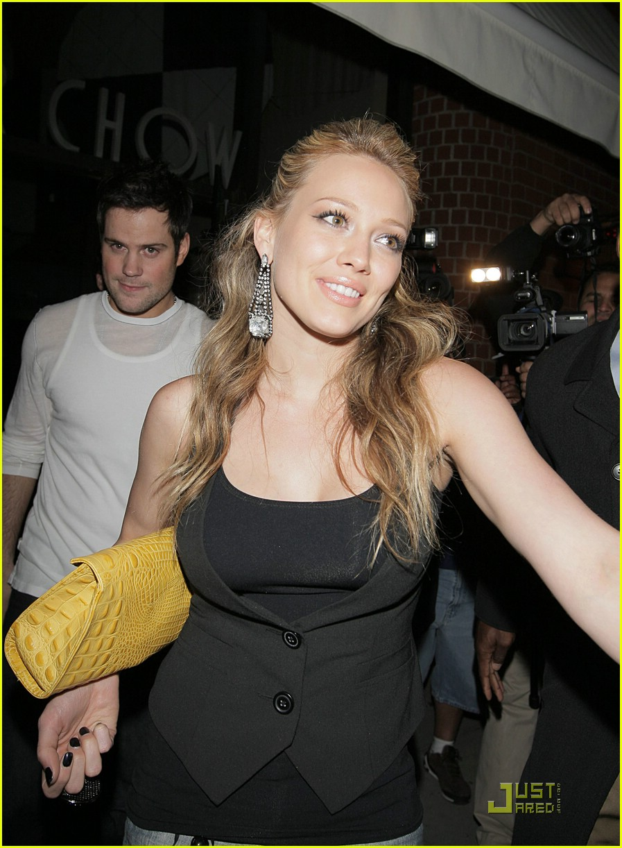 hilary duff chows down 02