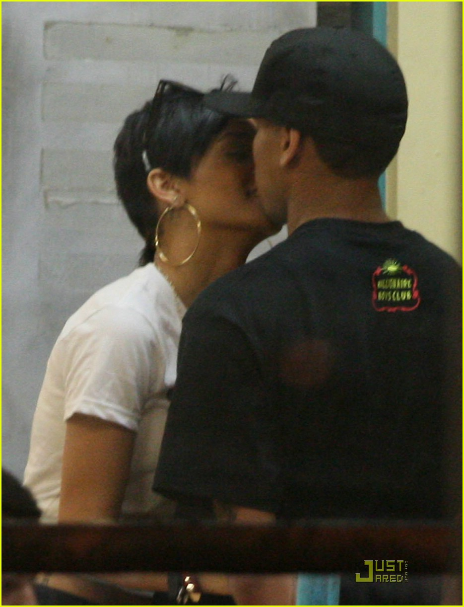 rihanna chris brown kfc kiss 021118891