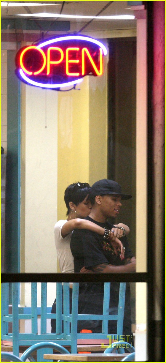 rihanna chris brown kfc kiss 041118911