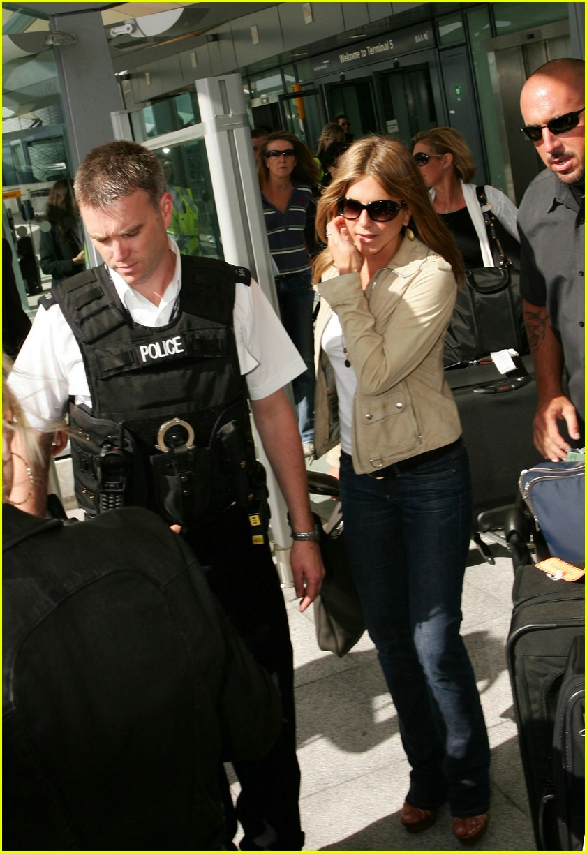 jennifer aniston heathrow hip 03