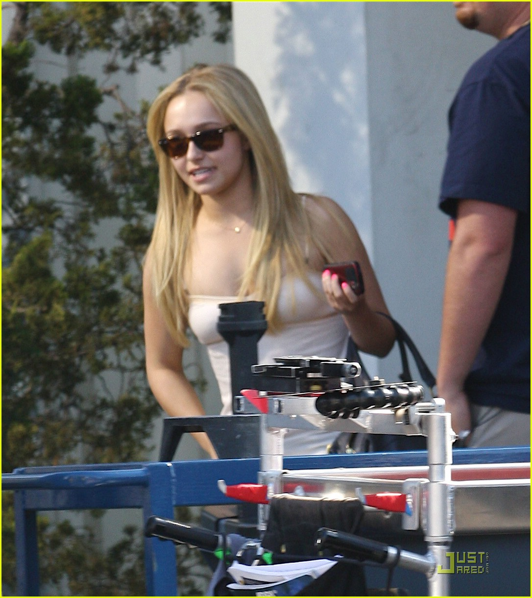hayden panettiere hot pink fingernails 051177141