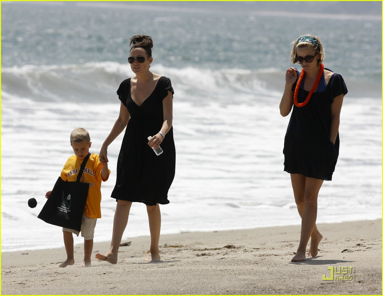 reese witherspoon deacon phillippe beach 041202541