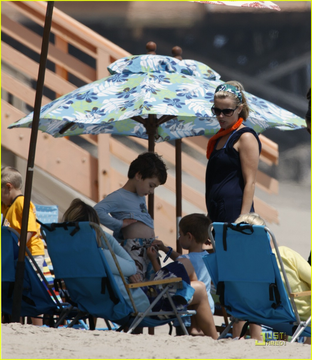 reese witherspoon deacon phillippe beach 091202591