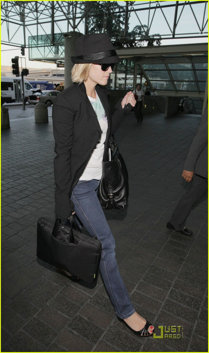 reese witherspoon set to jet 11