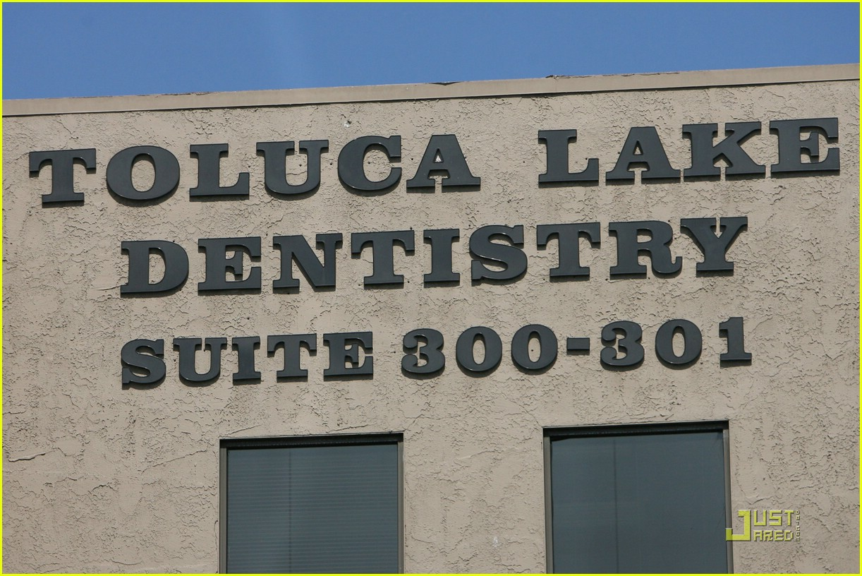 halle berry dental date 03