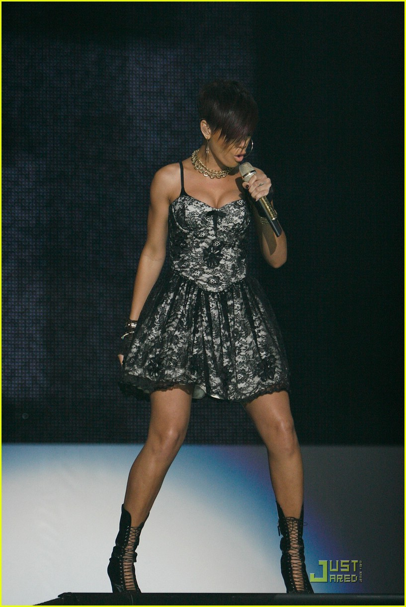 rihanna chris brown essence music festival 01