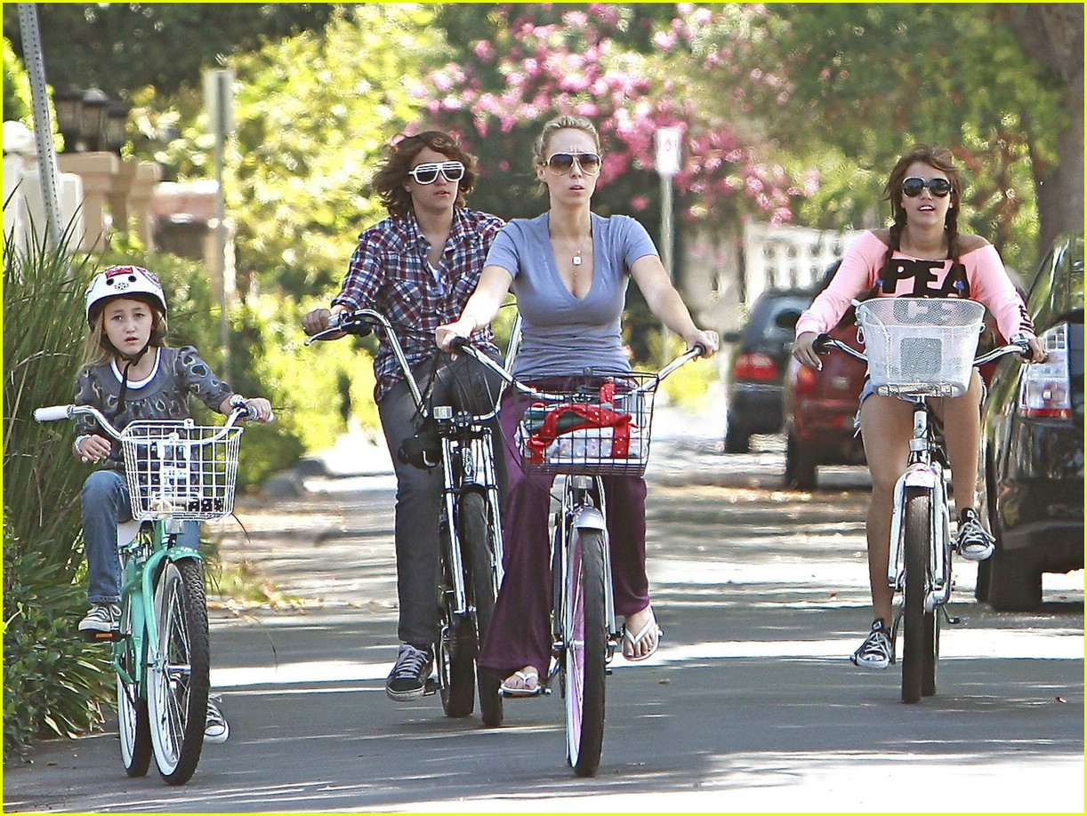miley cyrus likes bikes 041348961