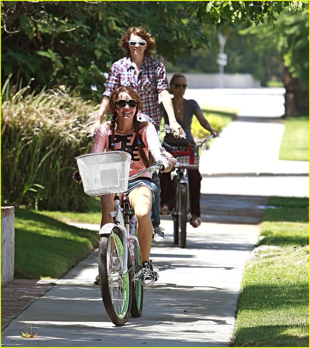 miley cyrus likes bikes 051348971