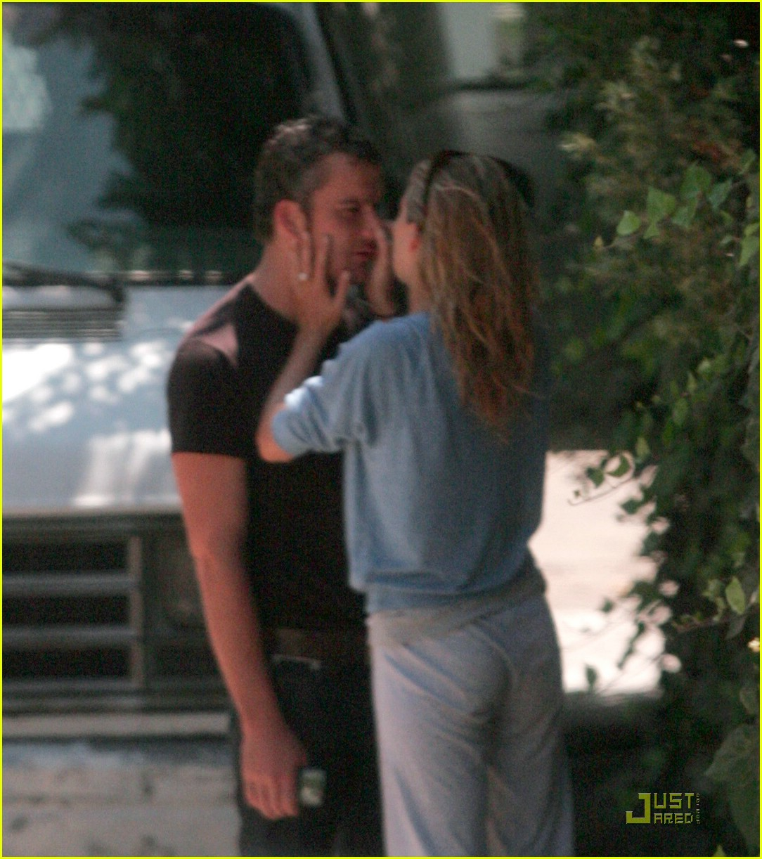 sienna miller balthazar getty kiss 01