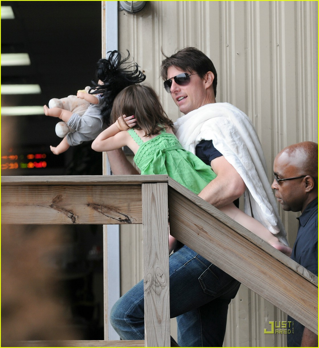 suri cruise covering ears 07