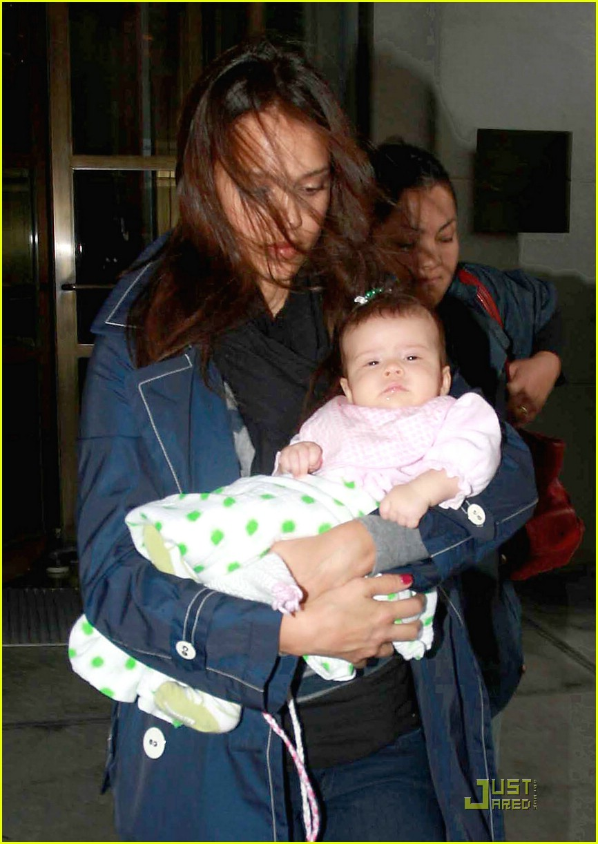 jessica alba shows off baby honor 031410121