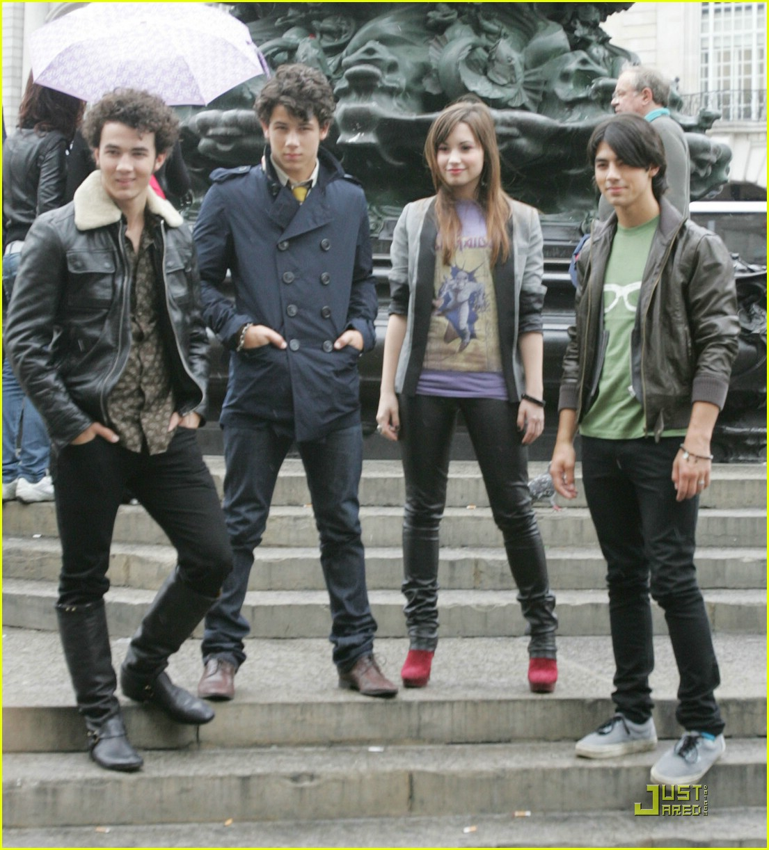 jonas brothers demi lovato london 01