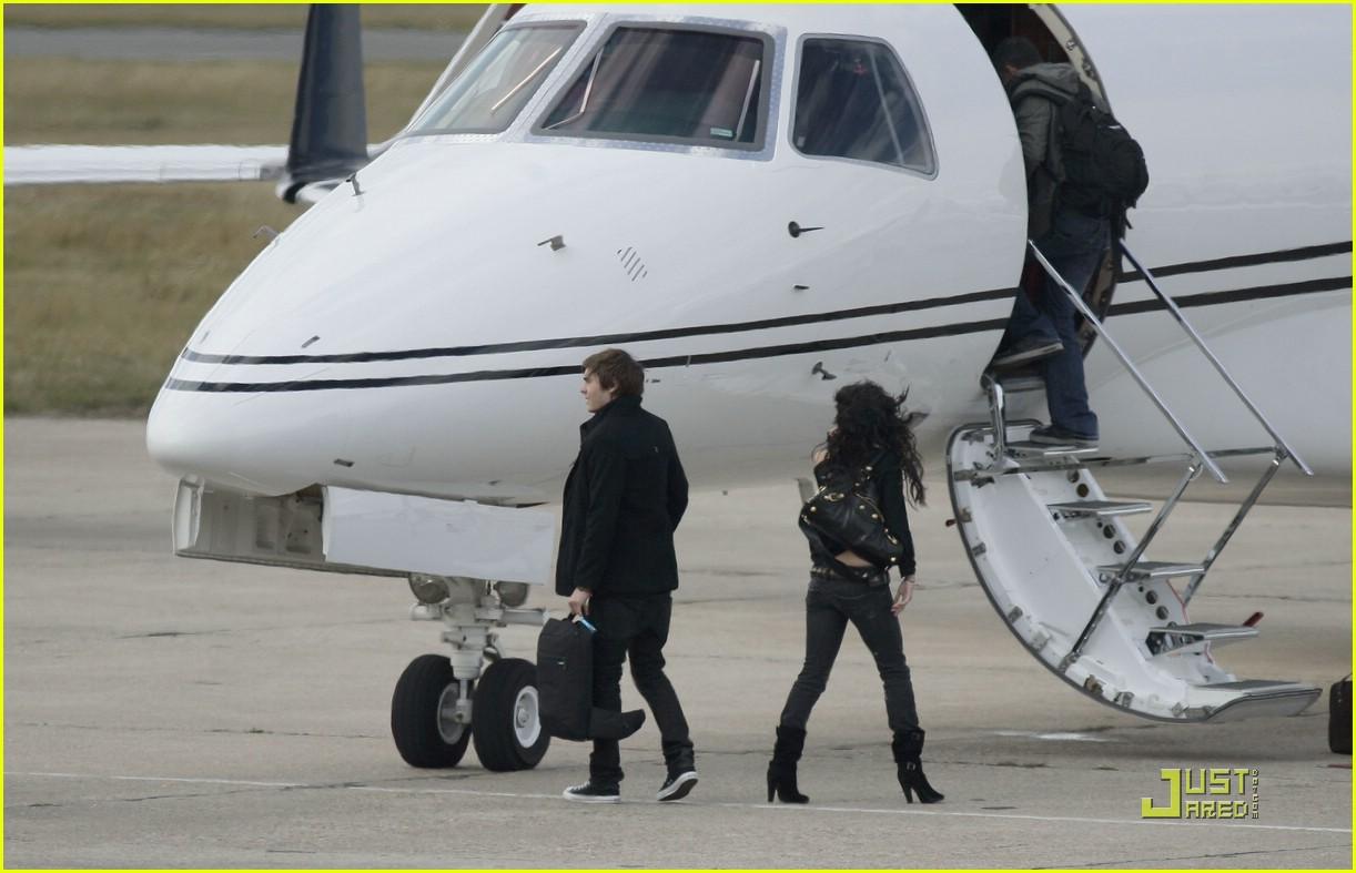 Full Sized Photo Of Zac Efron Vanessa Hudgens Private Jet 06  Photo 1455181