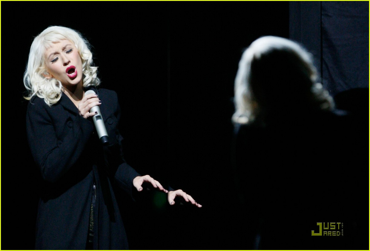 christina aguilera performs 2008 american music awards091561191