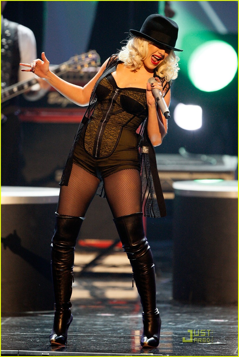 christina aguilera performs 2008 american music awards10