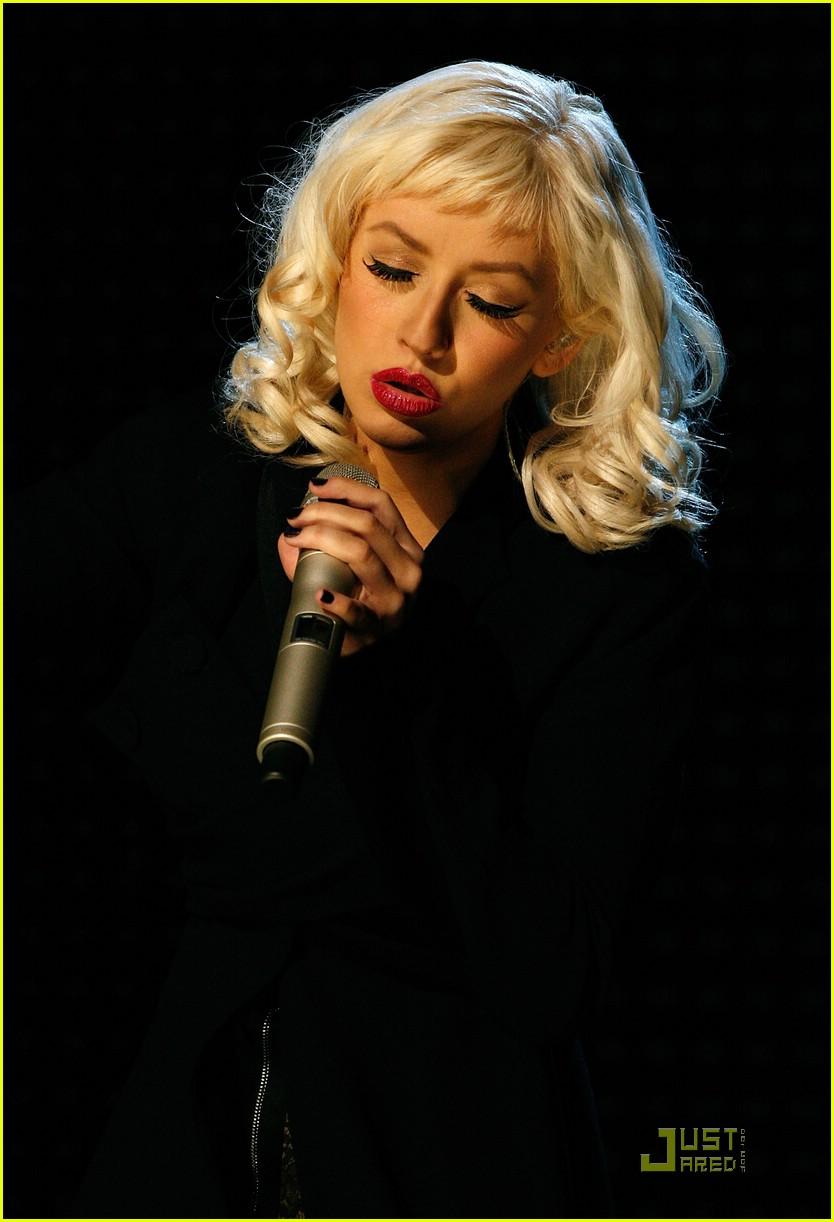 christina aguilera performs 2008 american music awards191561291