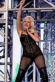 christina aguilera performs 2008 american music awards13