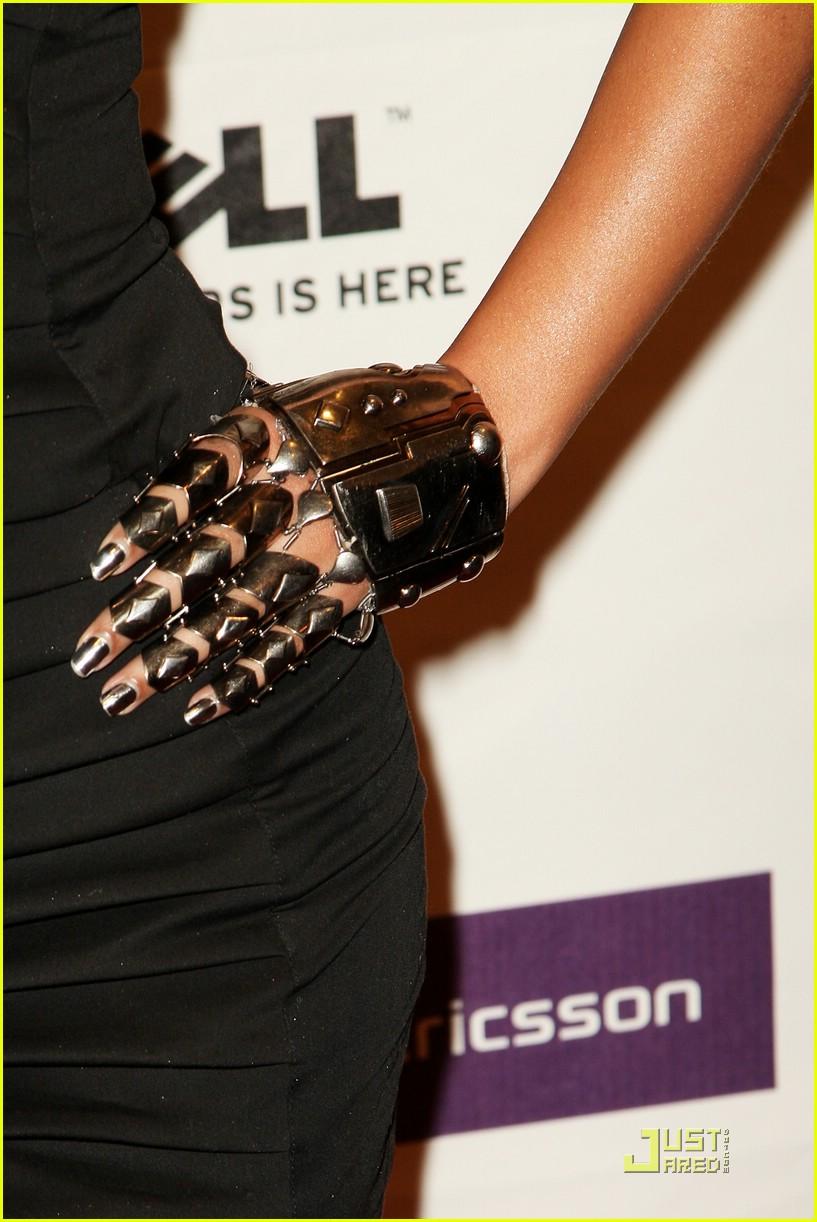 Beyonce Flaunts Cyborg Hand Photo 1529211 Beyonce