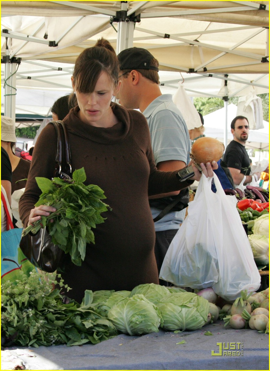 jennifer garner shops market 03