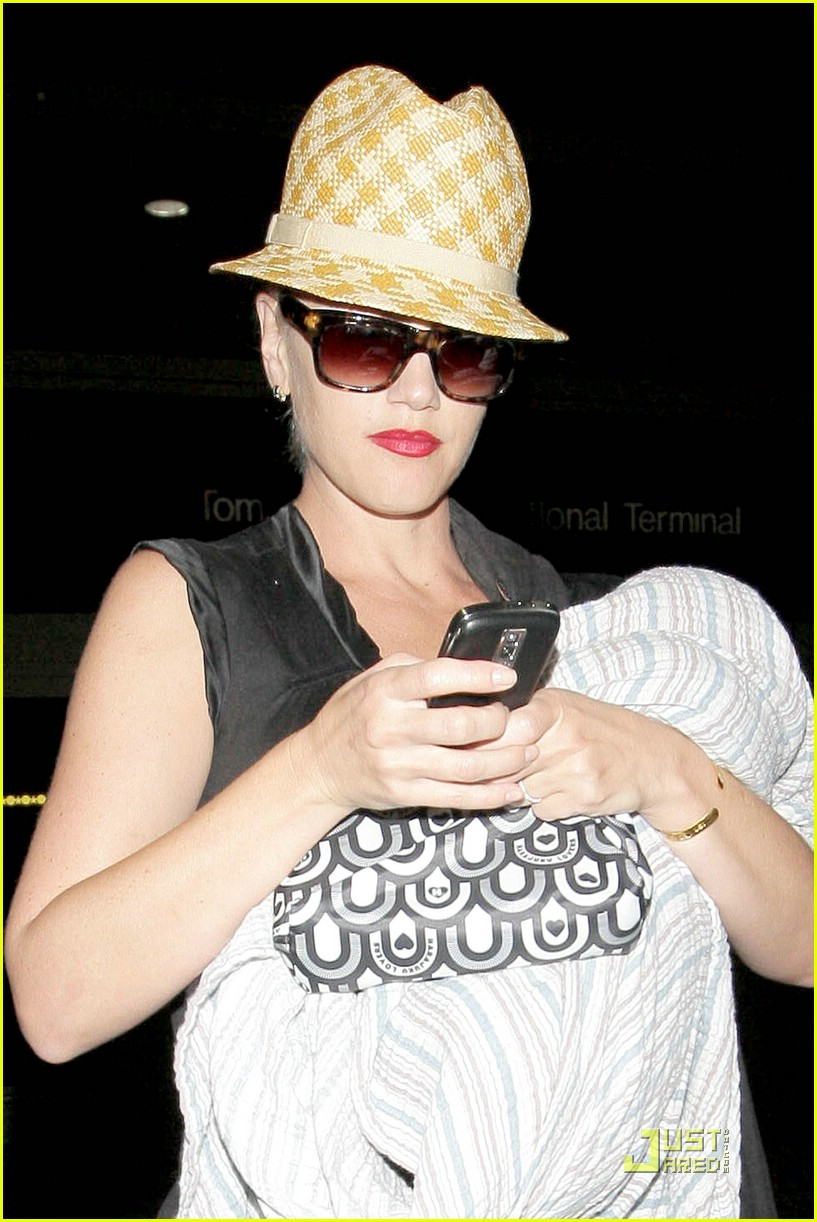 gwen stefani home for the holidays 021554241