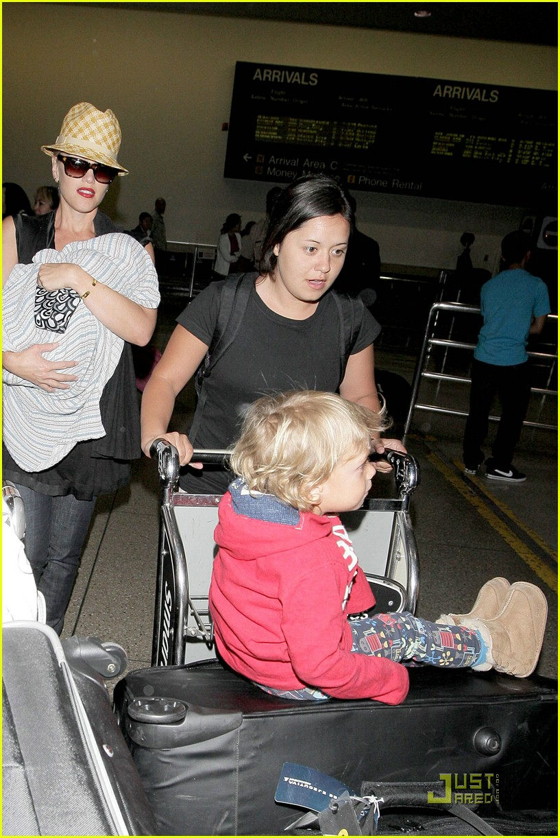 gwen stefani home for the holidays 081554301