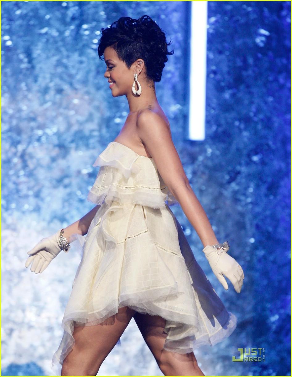 rihanna wins 2008 american music awards 061561601