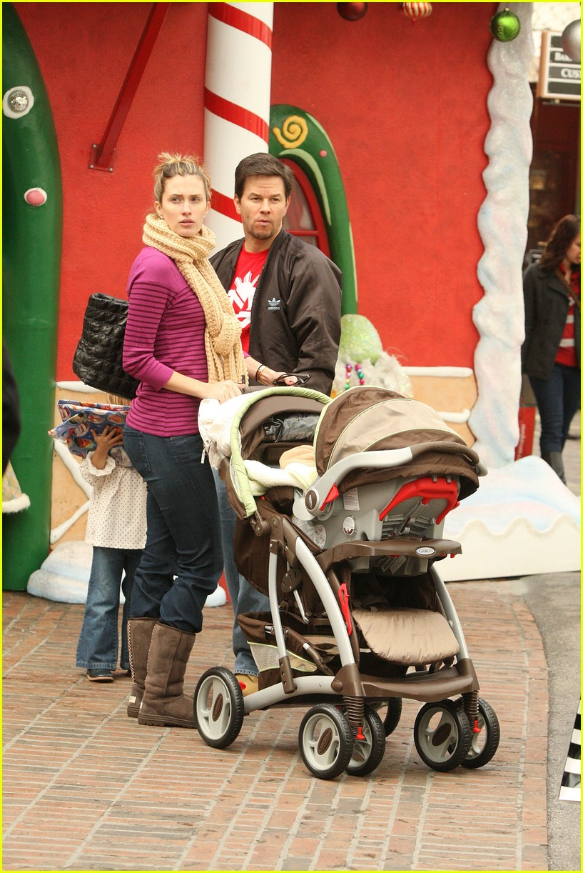 mark wahlberg santa claus 131611801