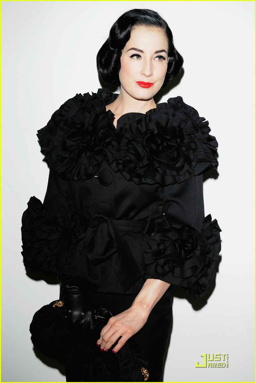 dita von teese elie saab fashion show 011686111