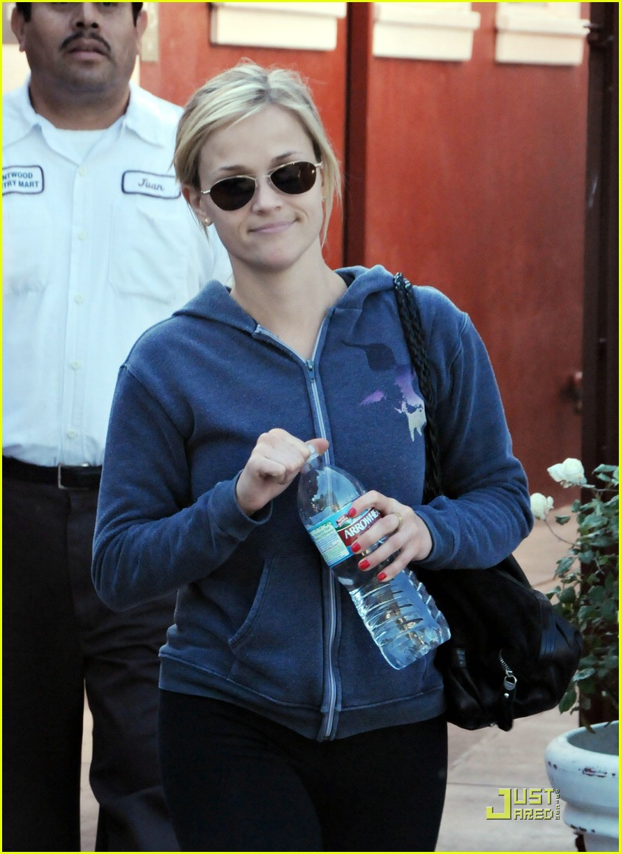 reese witherspoon brentwood country mart 051639631