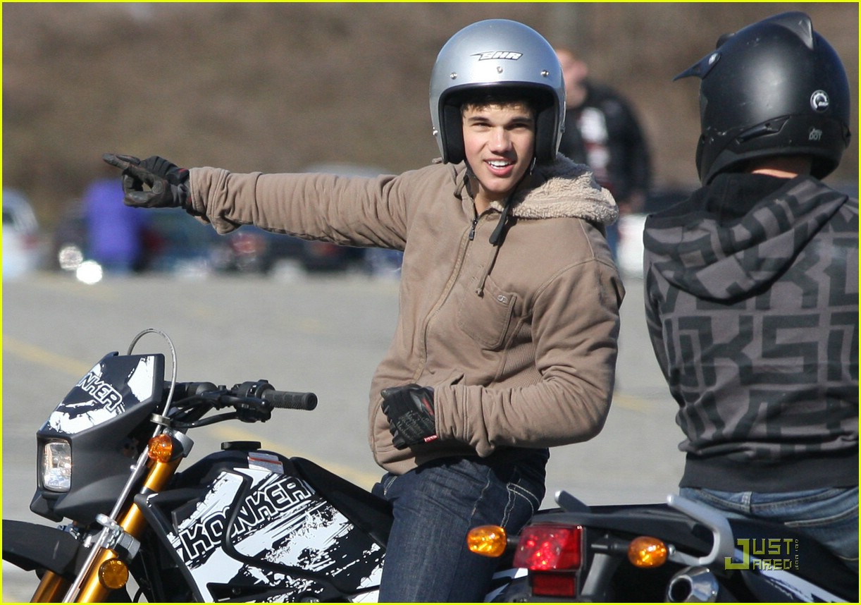 taylor lautner dirt bike 011777591