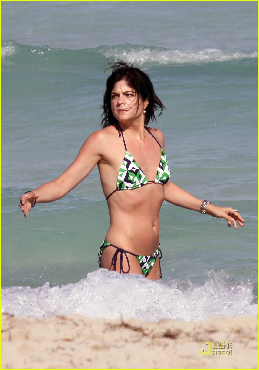 selma blair mikey day beach 03