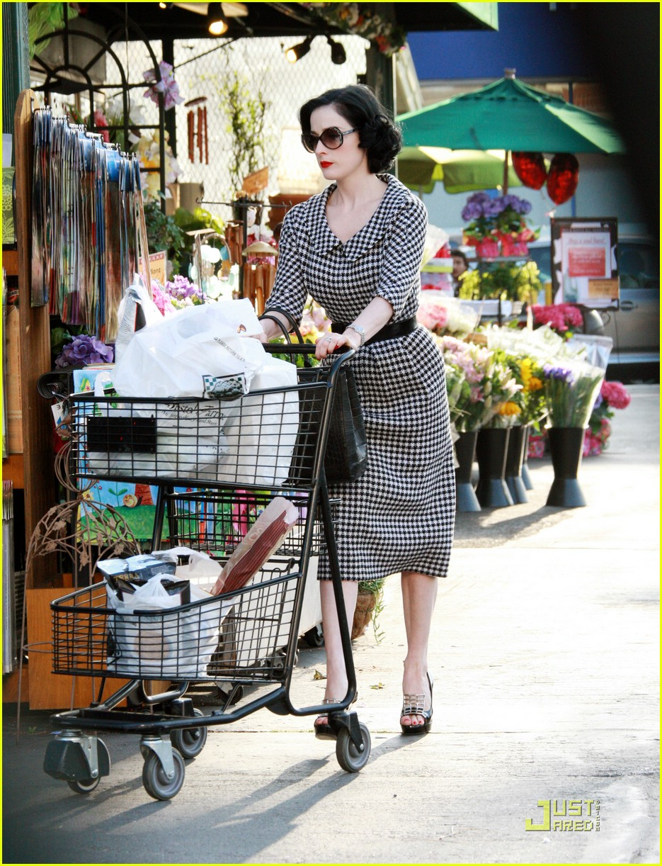 dita von teese grocery shopping 011886461