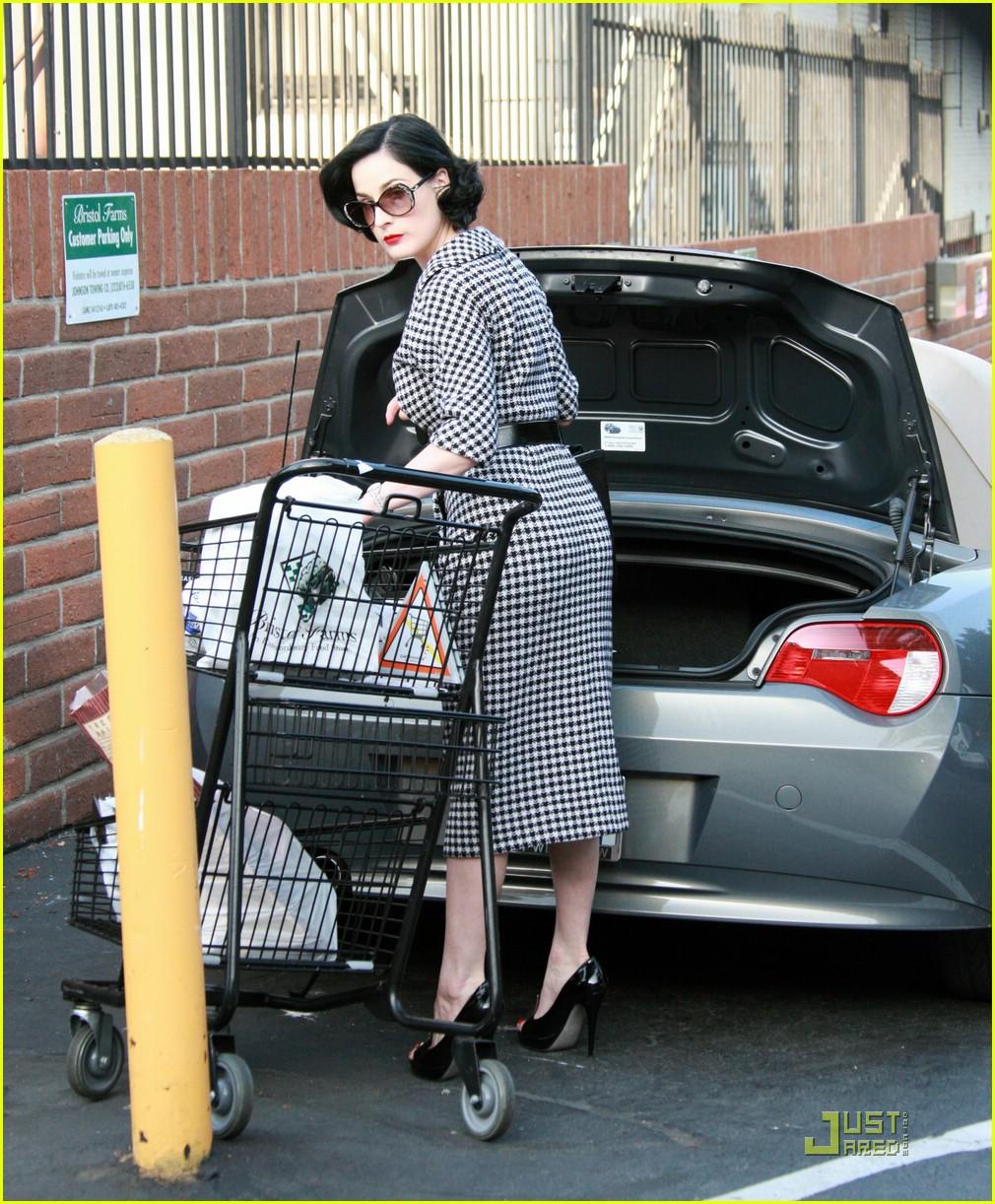 dita von teese grocery shopping 03
