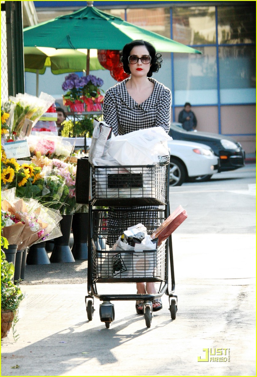 dita von teese grocery shopping 05