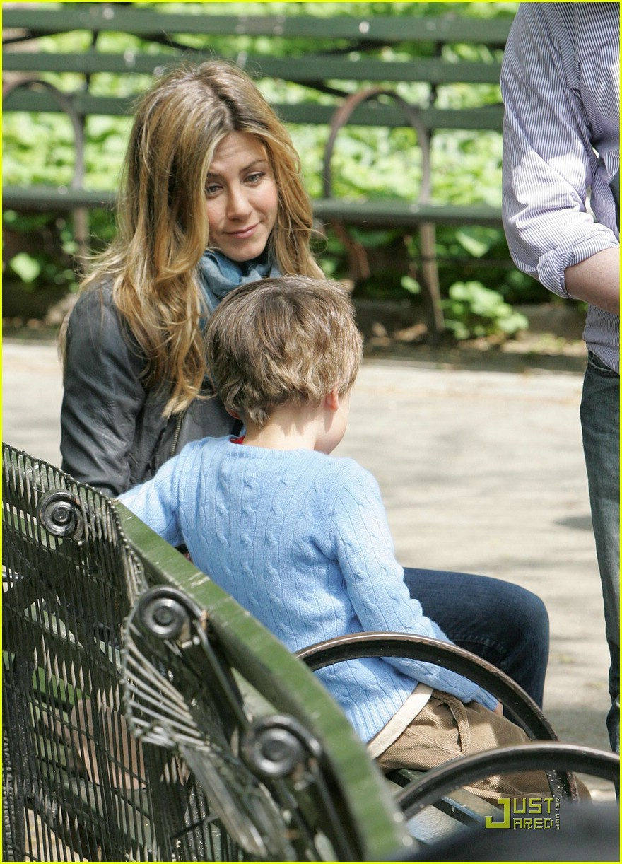 jennifer aniston plays in central park 051921361