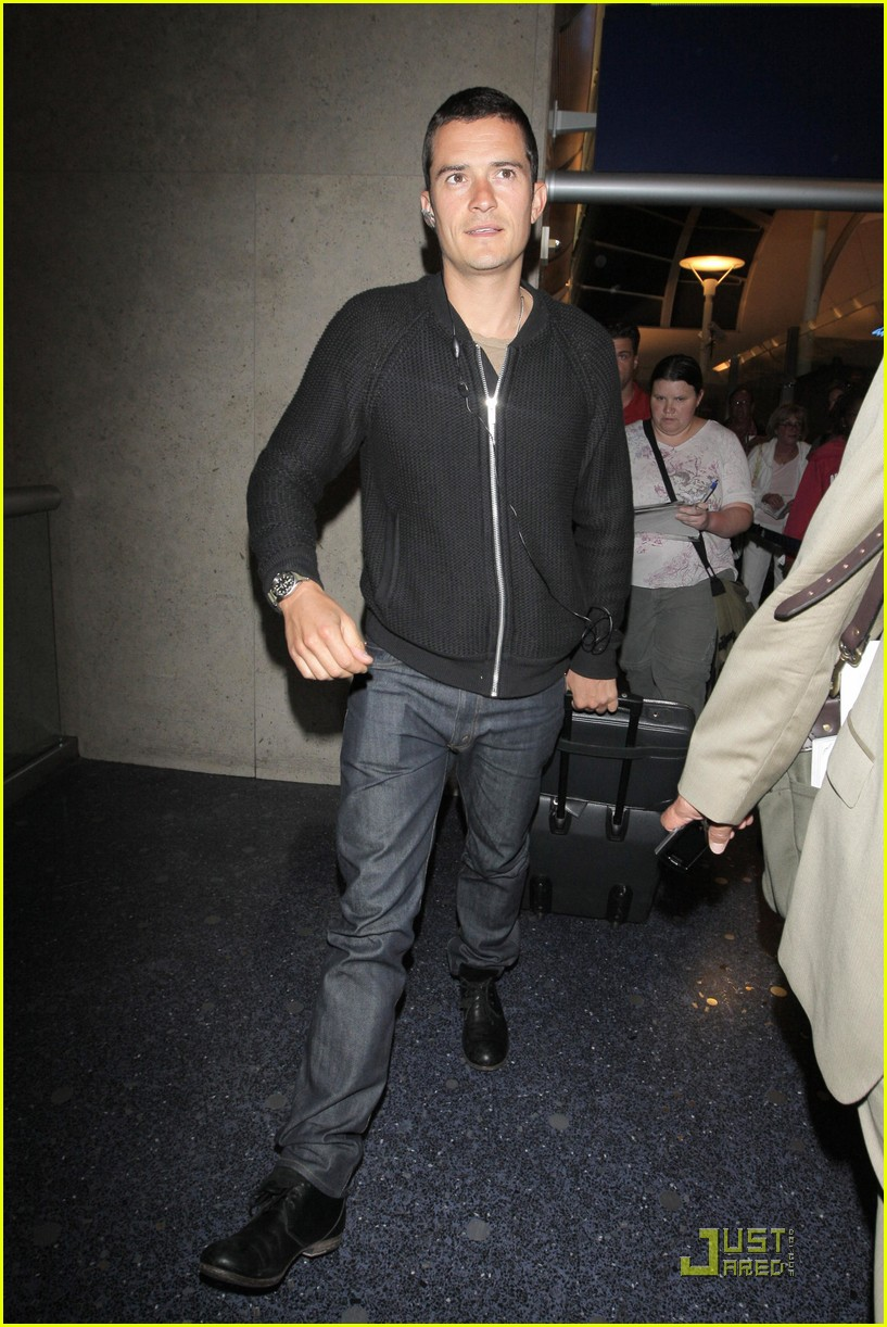 orlando bloom angelino arrival 04