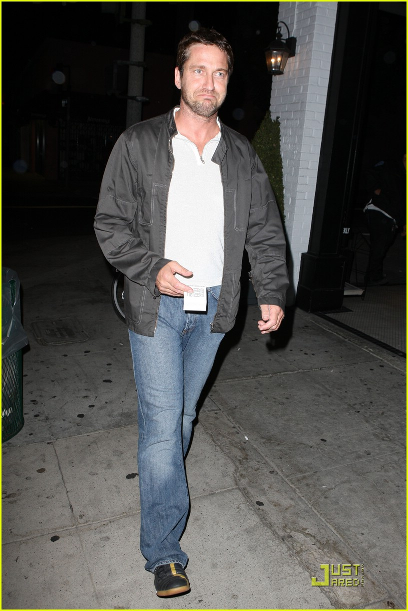 gerard butler visits village idiot 011937901