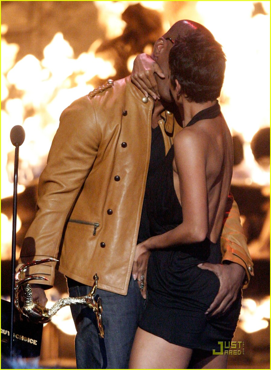 halle berry jamie foxx kissing 01