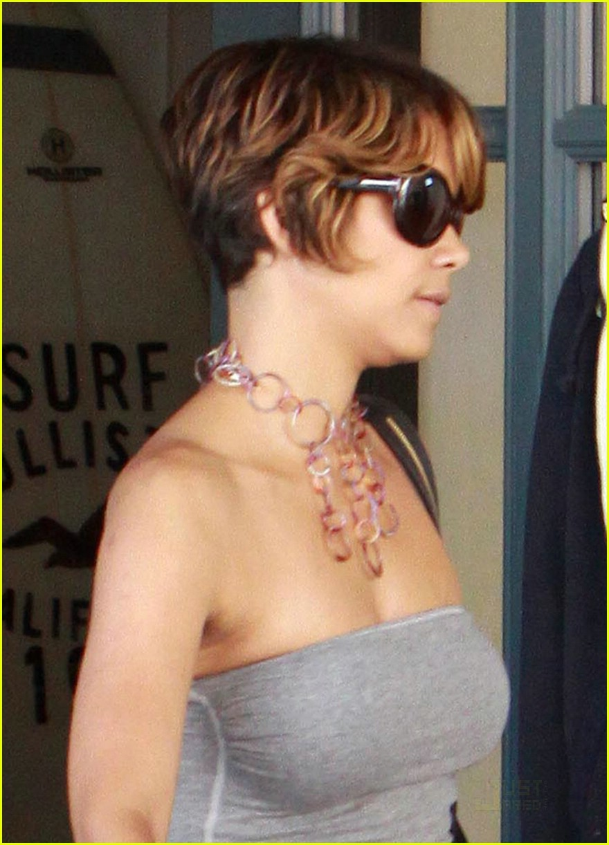 1638914b1a Halle Berry is a Hollister Hottie  Photo 1908151