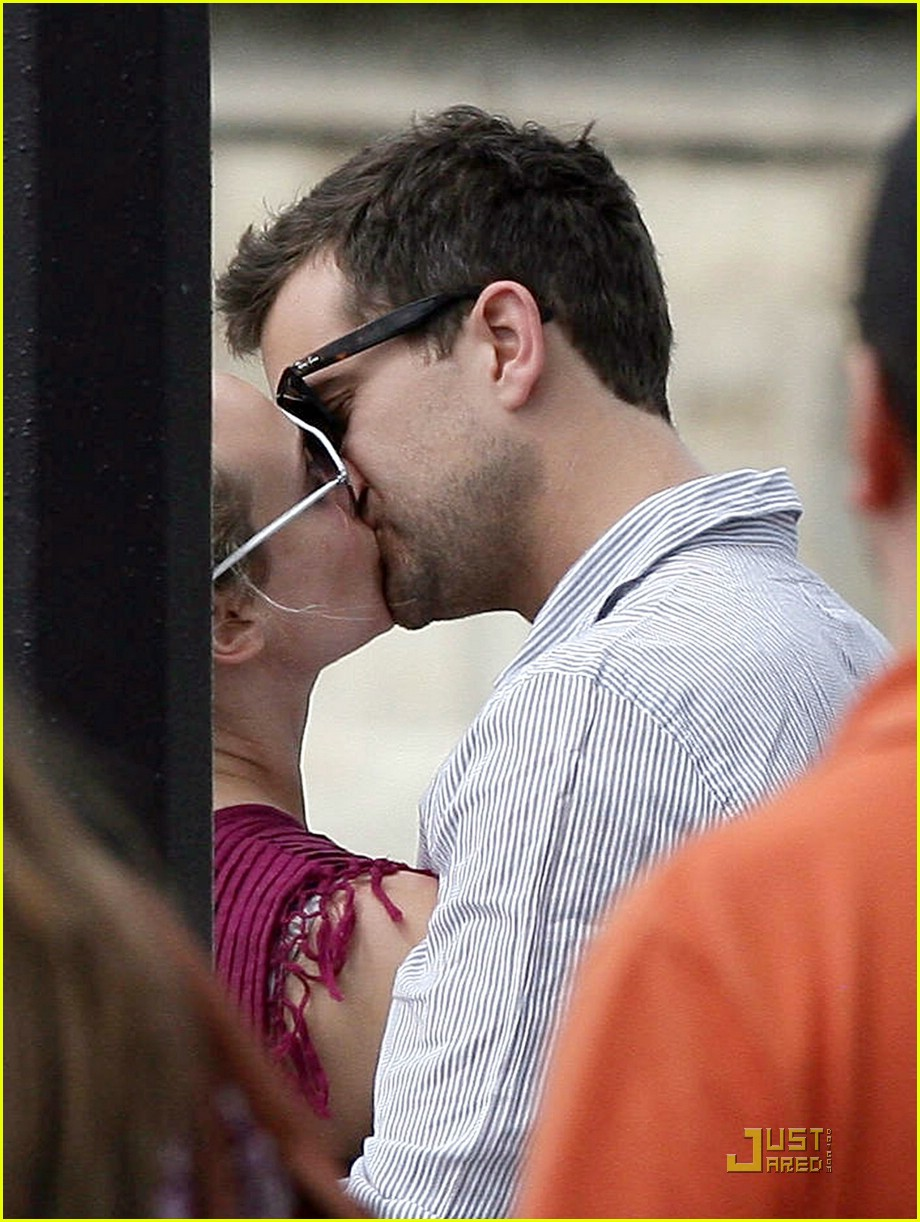 diane kruger joshua jackson kissing couple 021905411
