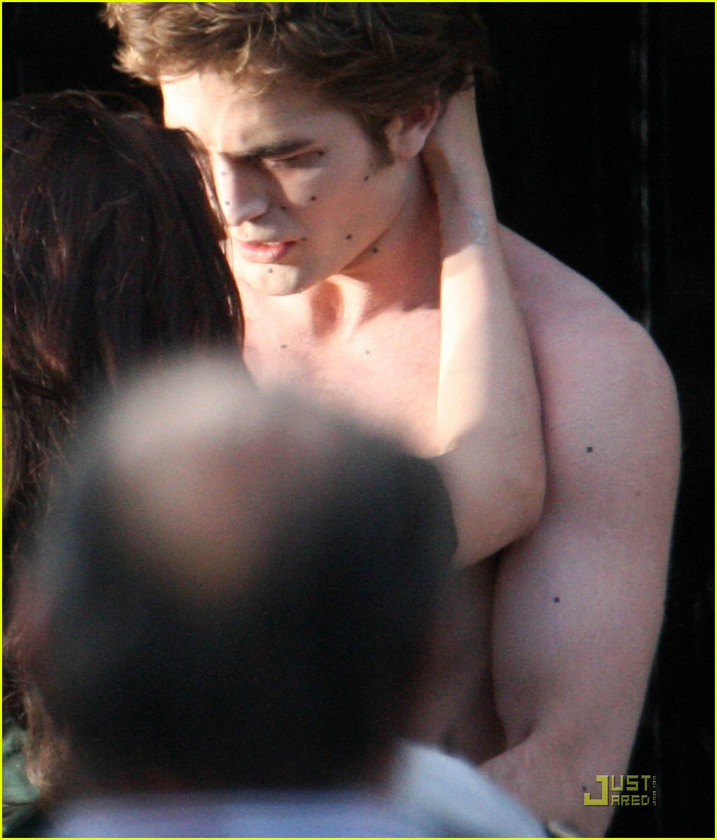 robert pattinson kristen stewart new moon kiss 01