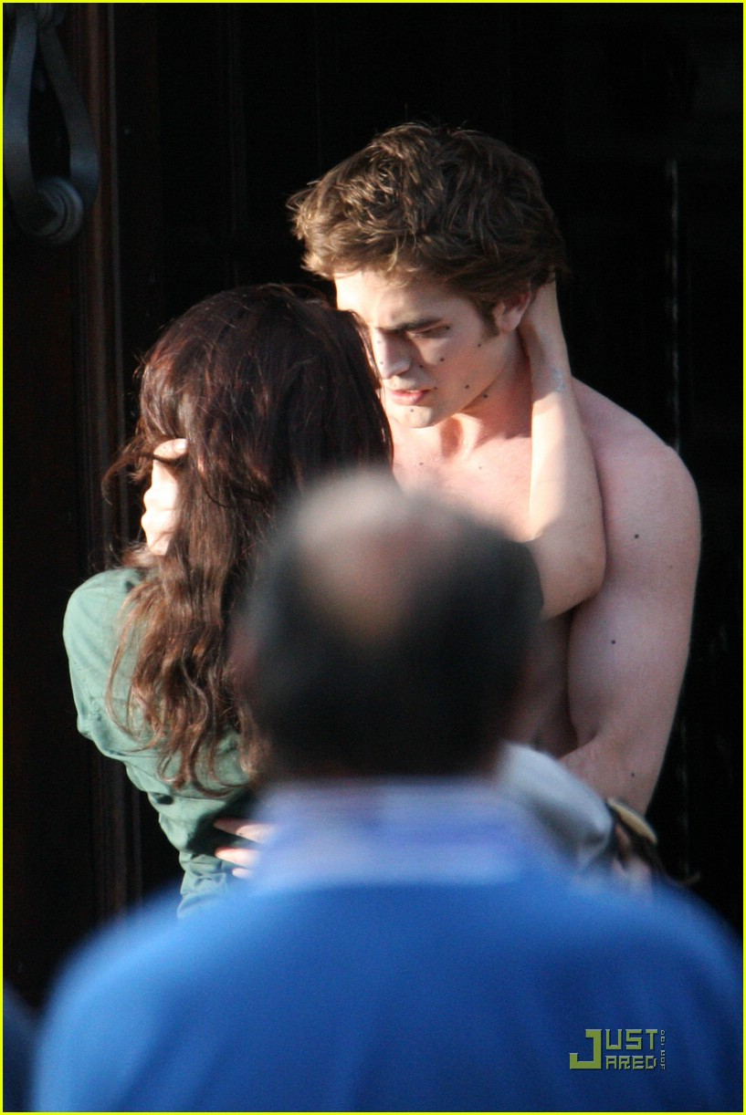 robert pattinson kristen stewart new moon kiss 04