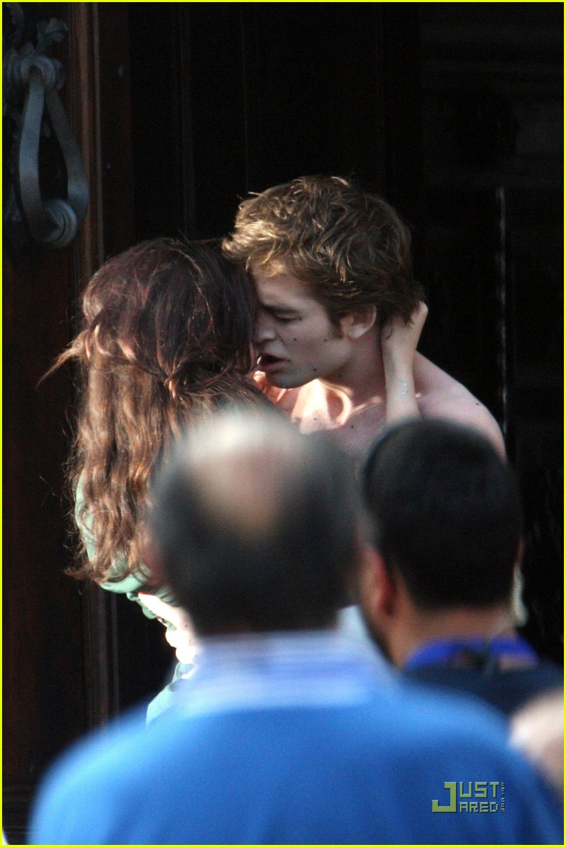 robert pattinson kristen stewart new moon kiss 07