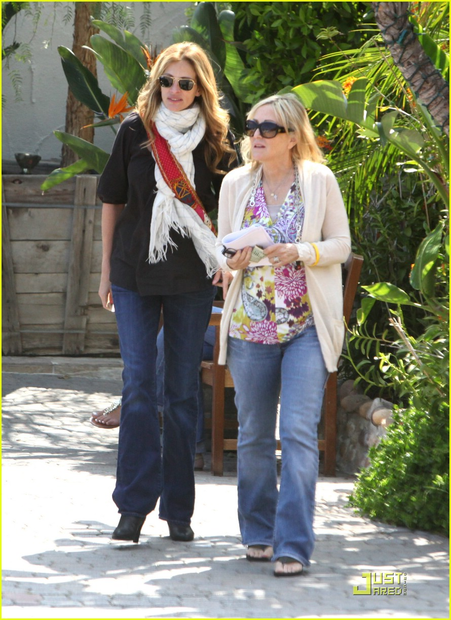 julia roberts meets in malibu 121946571